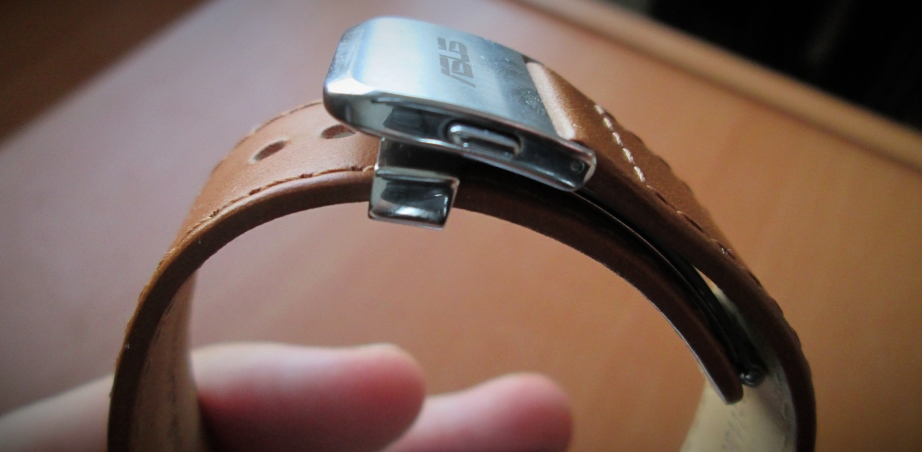 Note the high distance between the left-side strap, and the top of the metal clasp in the middle.